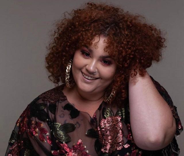Babu Carreira, atriz e humorista, lança seu primeiro livro