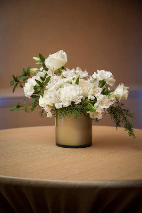 white-flower-centerpiece-cocktail-table