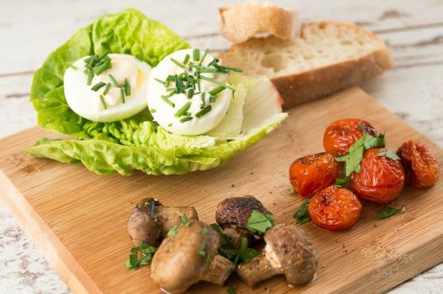 Jajka z majonezem, pomidorkami i pieczarkami