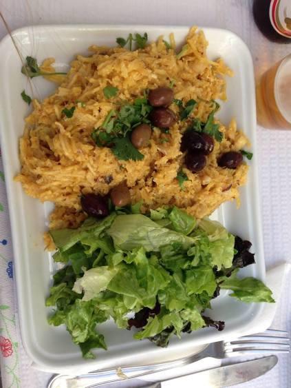 portugalia jedzenie - bacalhau a bras - jajecznica z dorszme i ziemniakami
