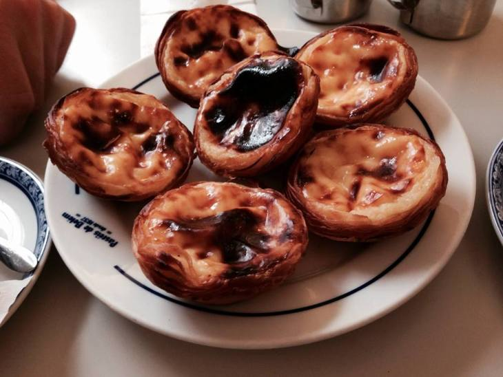 pastel de belem w cukierni Antiga Confeitaria Pastéis de Belém, która wypieka ciasteczk od 1837 roku! To właśnie w tym miejscu uchodzą za te najbardziej oryginalne i niepowtarzalne. Ich nazwa jest również zastrzeżona.