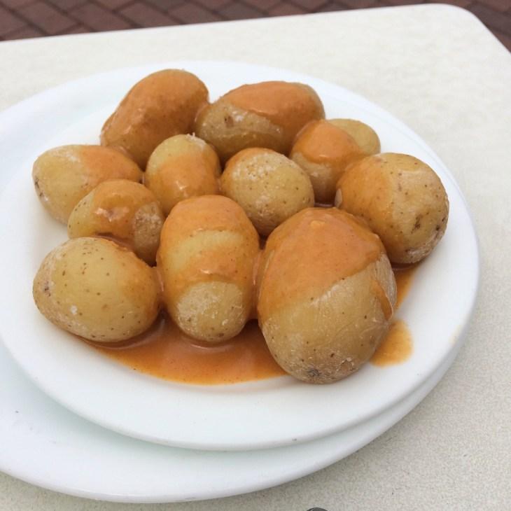 ziemniaczki z czerwonym sosie mojo picon - jedzenie na Wyspach Kanaryjskich, Gran Canaria