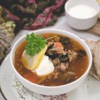 Solianka (солянка) - rosyjska zupa na wywarze mięsnym z warzywami