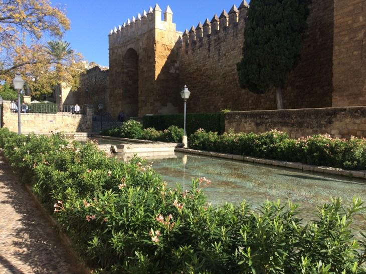 Puerta de Almodovar - przepiękna brama miejska w jeszcze piękniejszym zielonym otoczeniu