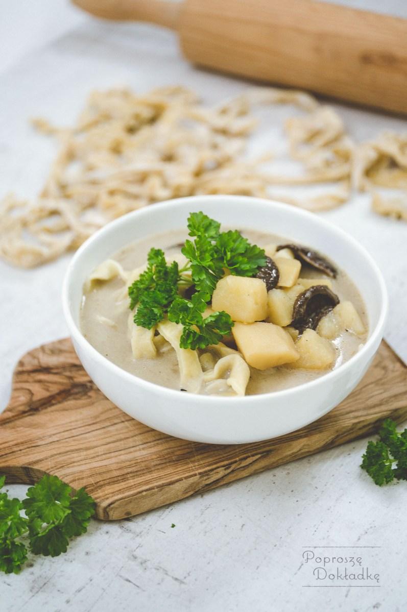 Zupa grzybowa z suszonych grzybów z makaronem ziołowym