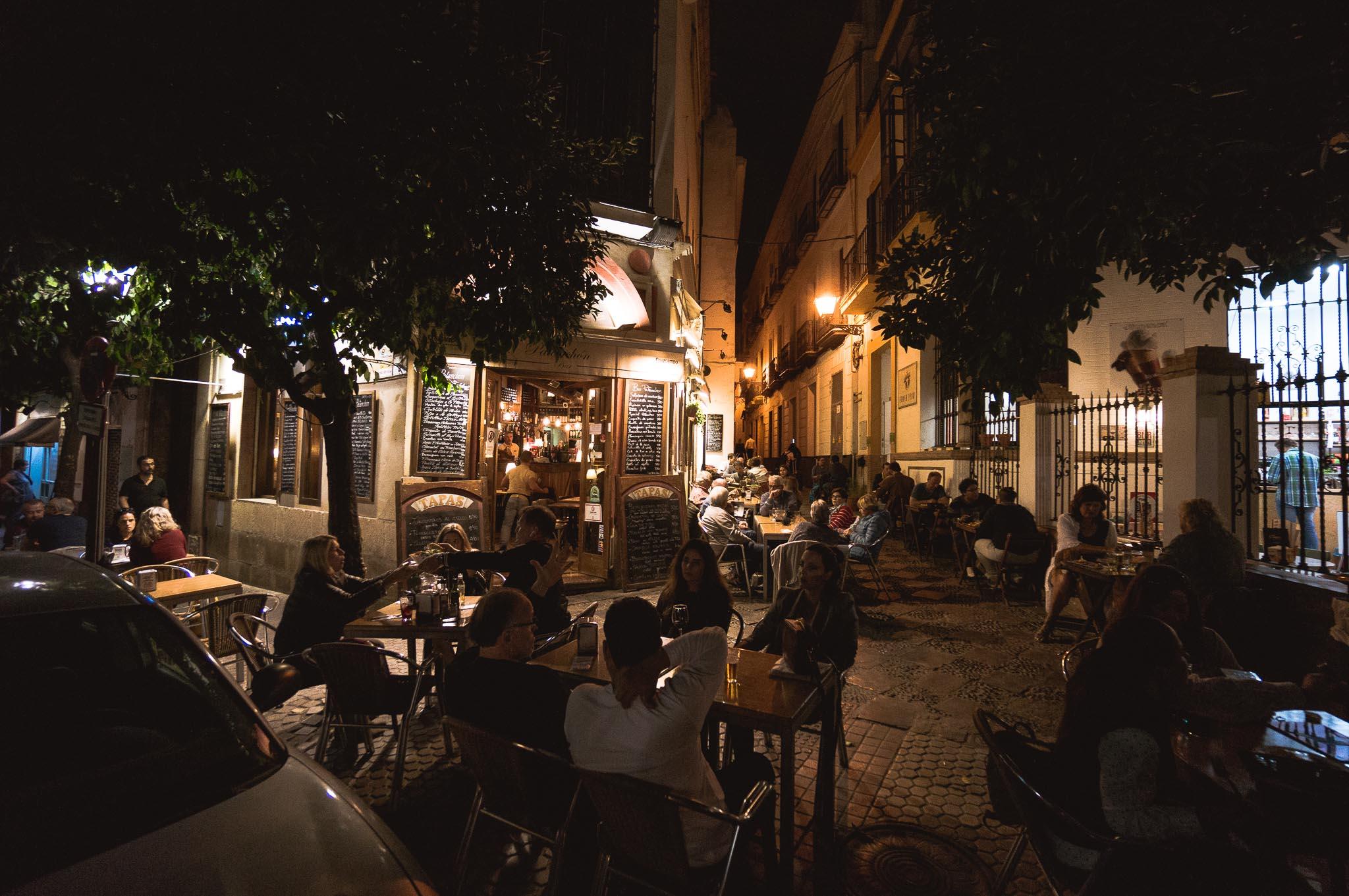 Jedna z ulic wypełnionych klimatycznymi restauracjami w Sewilli