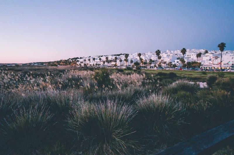 Conil - widok na białe miasteczko o zachodzie słońca