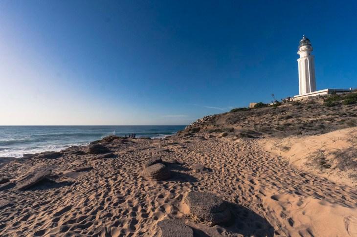 Spacer po wzgórzu przy Faro de Trafalgar, Hiszpania, Andaluzja