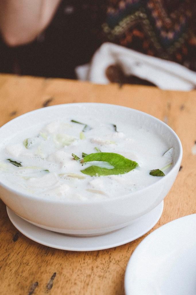 Tom Kha, chociaż głównym jej składnikiem jest galangal z rodziny imbirowatych, często określana jest mianem zupy kokosowej