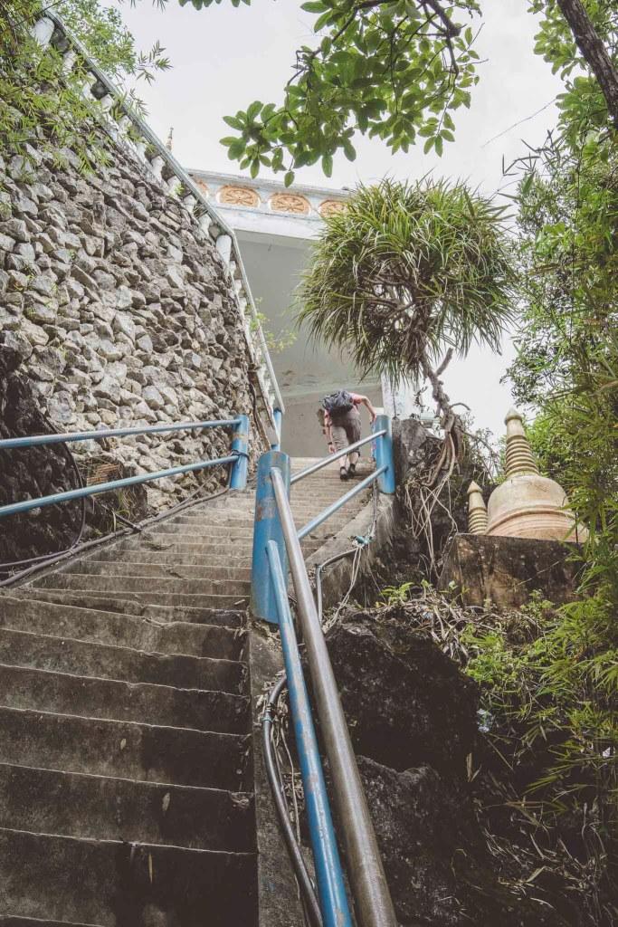 schody prowadzące do świątyni