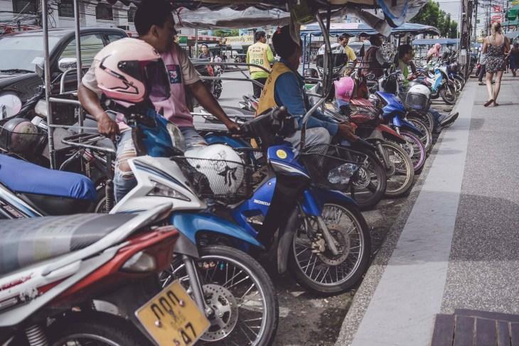 Tajski ruch uliczny to dosyć zwariowany ruch, gdzie czasami cięzko doszukać się zasad. Trzeba być ostrożnym!