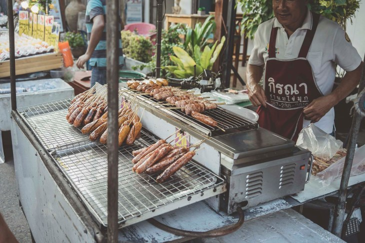 smakołyki z patyka, street food na night market