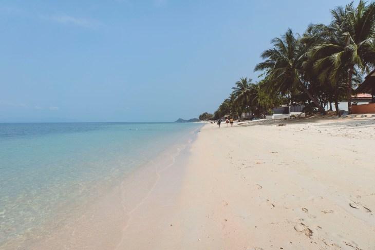 pusta, piaszczysta plaża Bang Po