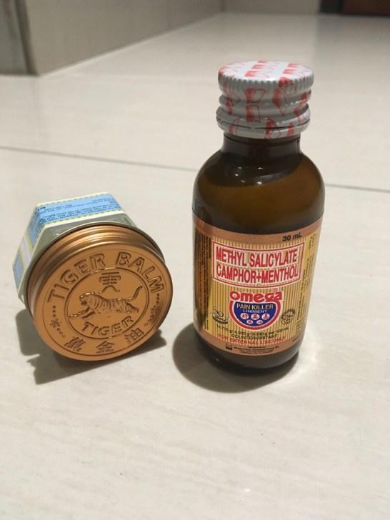Od lewej - maść Tiger Balm oraz mieszanka olejków łagodzących uczucie swędzenia