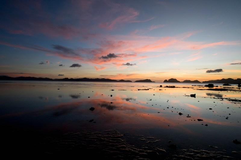 zachód słońca na plaży Las Cabanas, El Nido, Palawan