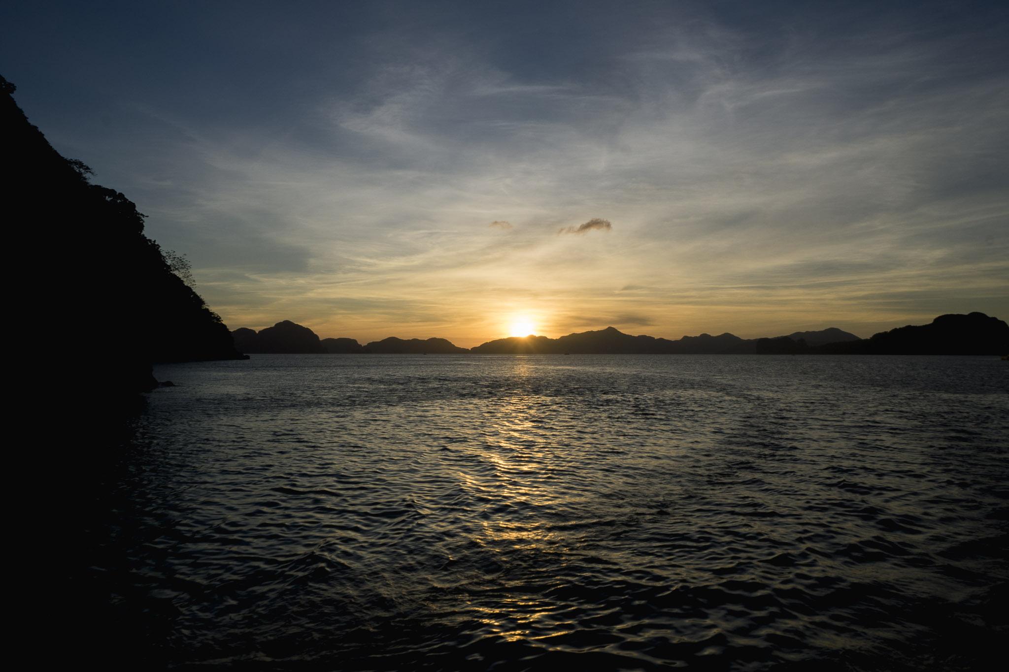 Zachód słońca w zatoce Bacuit