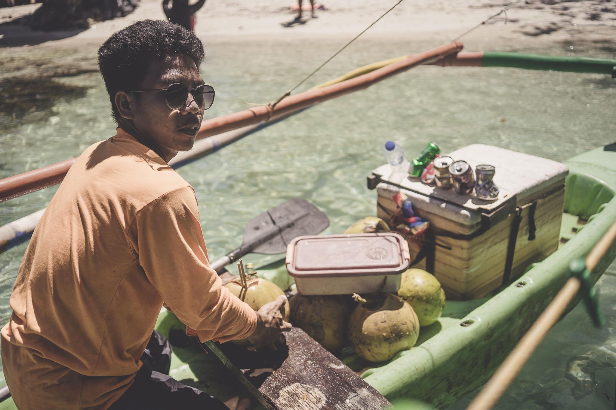 wodny sprzedawca napojów i przekąsek - koniecznie spróbujcie wody ze świeżego kokosa z rumem!