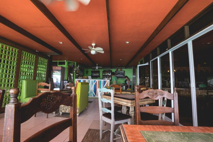 oddział w Alona Beach - całkiem spora restauracja na piętrze oraz niewielki sklepik na parterze, mają tu też lodziarnię