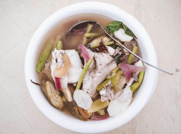 Sinigang - pyszna kwaśna zupa z mięsem i warzywami, na zdjęciu z soczystą rybą
