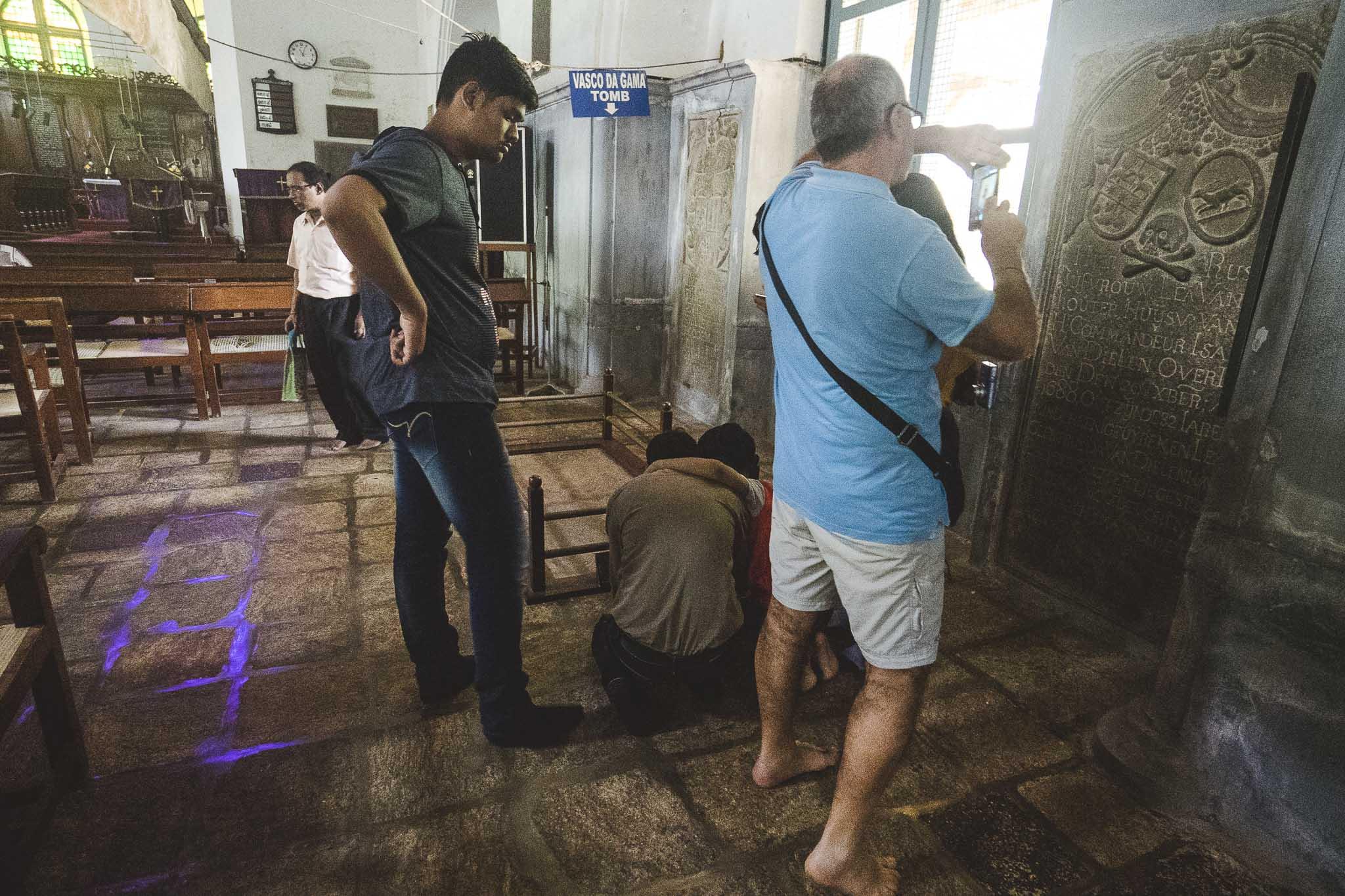 Pamiątkowe zdjęcia nad grobem Vasco da Gama