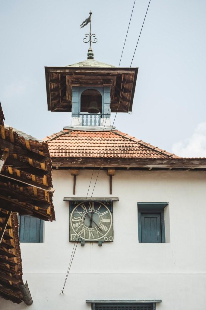 Charakterystyczna wieża zegarowa Synagogi