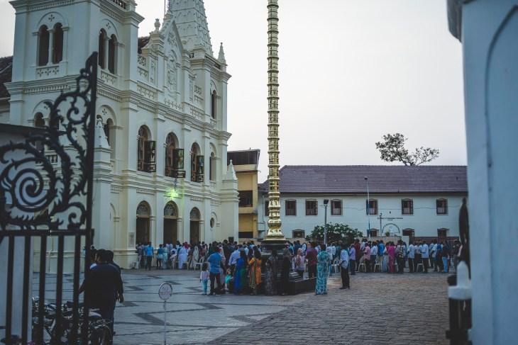 Bazylika Santa Cruz wraz z wiernymi