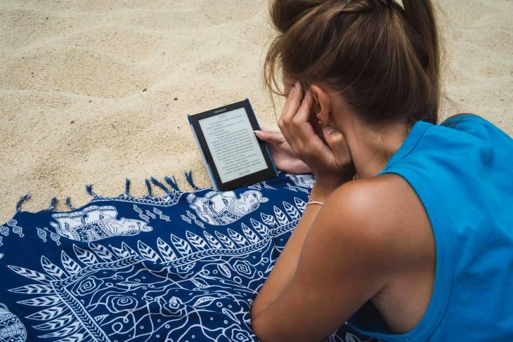 czytanie na plaży, najlepszy relaks :-)