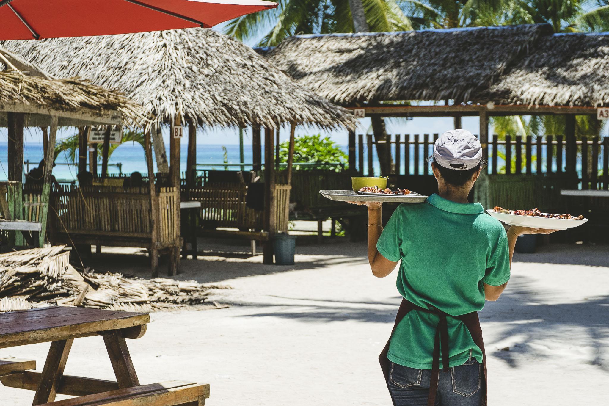 Obiad z widokiem na rajską pocztówkę, Dumaluan Beach, Filipiny, Panglao