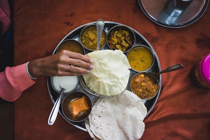 thali podane na charakterystycznym metalowym talerzu o tej samej nazwie