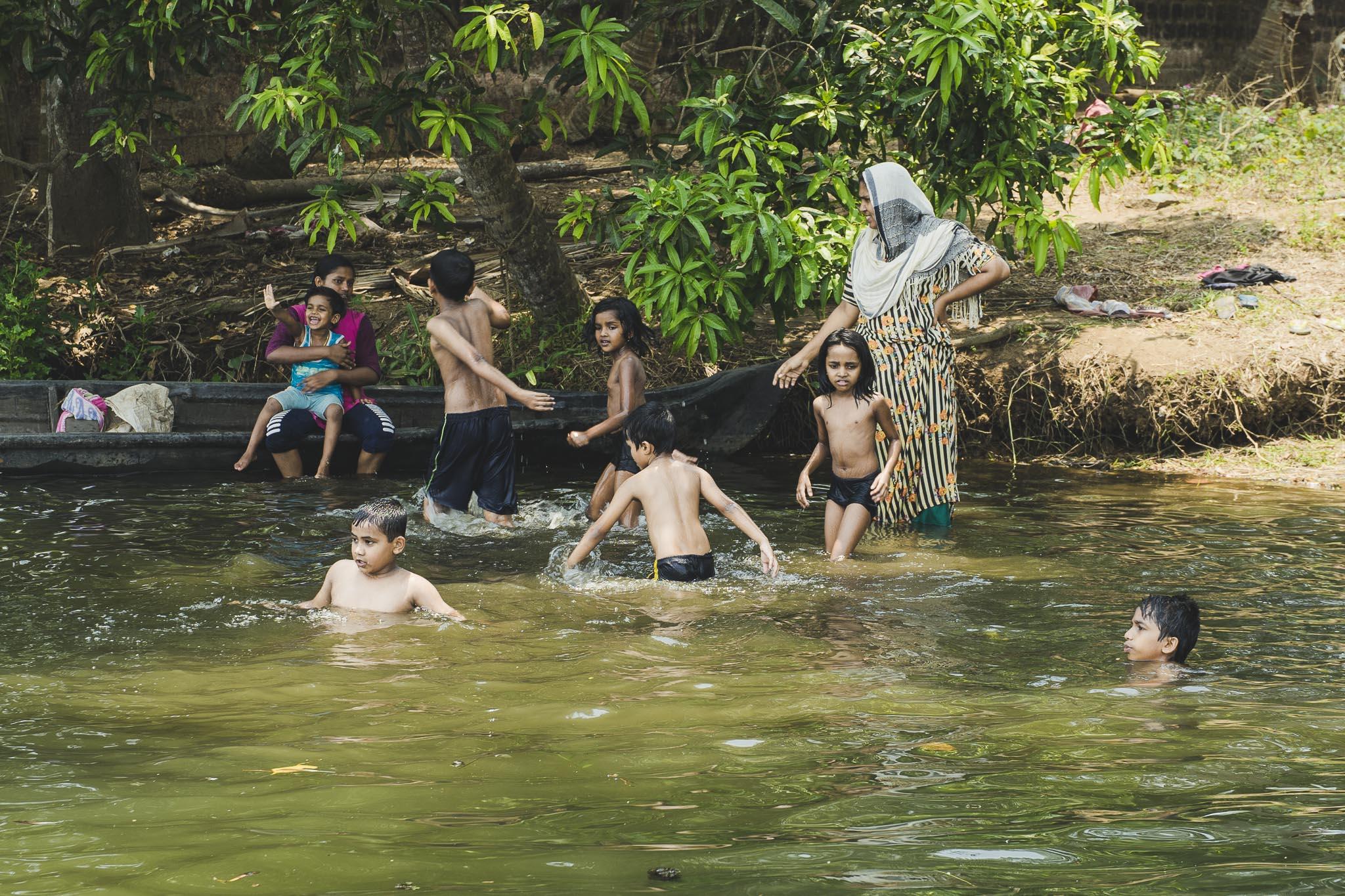Rodzinna kąpiel w Backwaters, Kerala, Indie