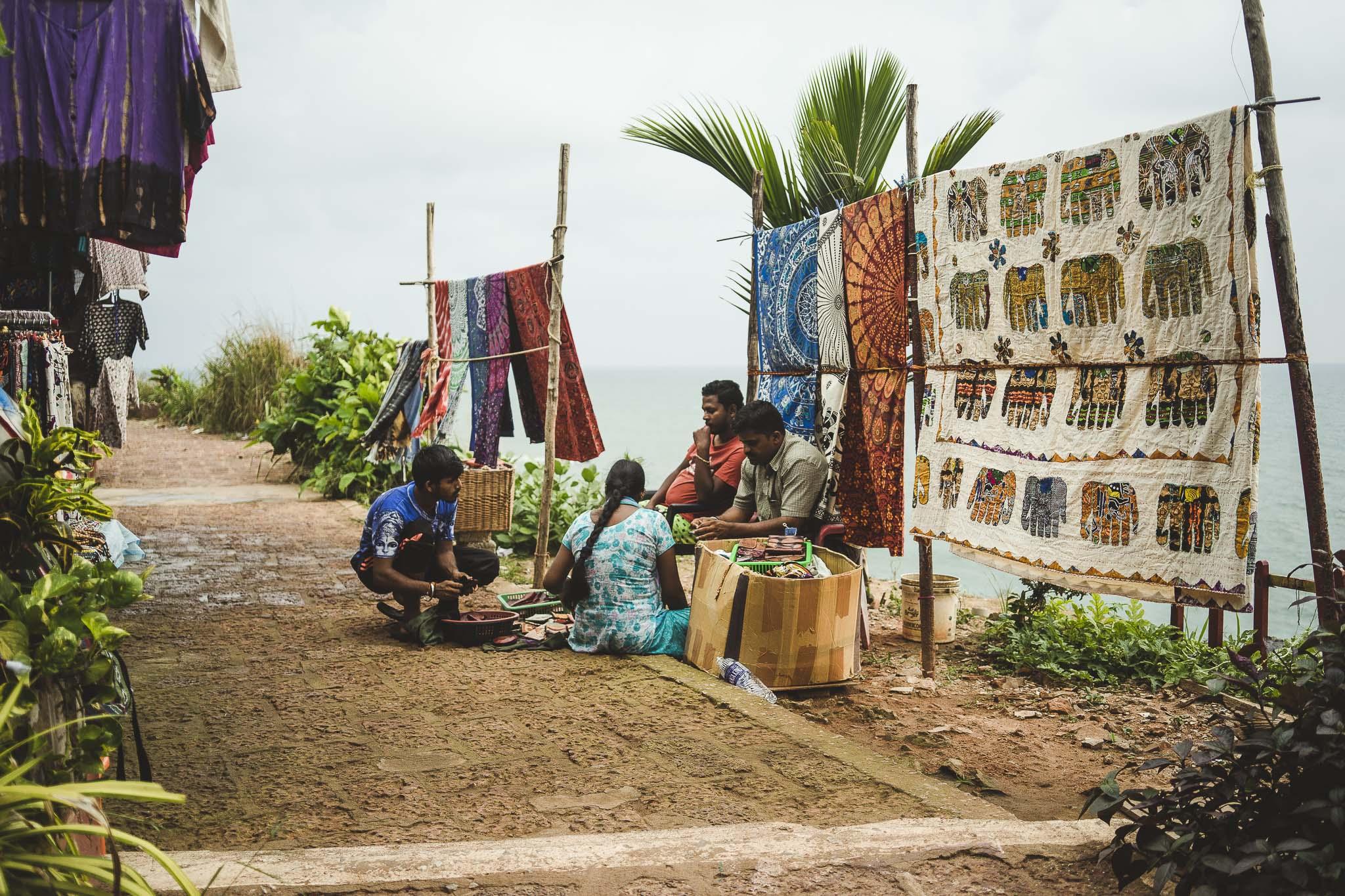 Sprzedawcy wyrobów rękodzielniczych na klifach w Varkali