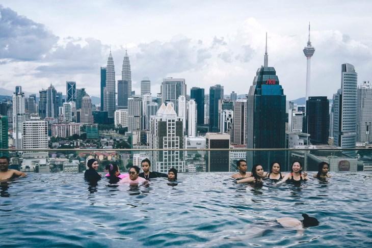 Infinity Pool z widokiem na wieże Petronas