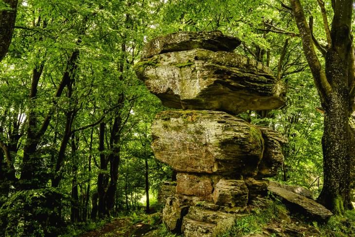 Kamień Diabelski, naturalna formacja skalna na trasie na Jaworzynę