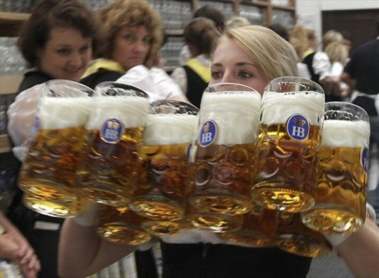 Oktoberfest-in-Munich-A-waitress-carries-beer