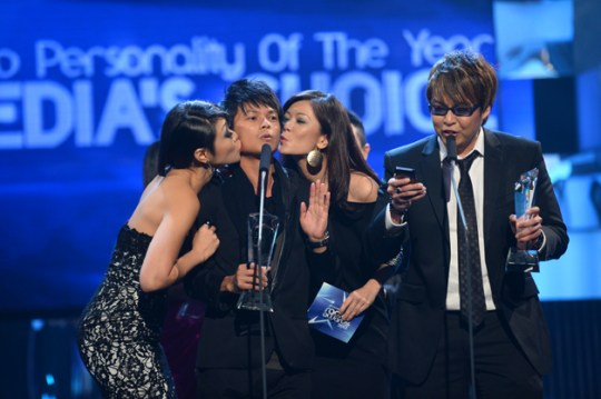 KISS, DOUBLE KISS: After Jean Danker came on stage spontaneously to kiss hubby Glenn Ong after winning the Radio Personality of the Year -- Media's Choice (English Programming) award, Judee Tan and Michelle Chong parodied the move by planting smooches on the cheek of Zhou Chongqing, who won the Radio Personality of the Year -- Media's Choice (Chinese Programming) award (Photo: MediaCorp)