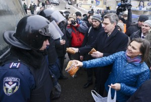 Victoria Nuland handing out snacks to Ukraine protesters.