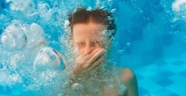 Встряхивание головы для удаление воды с ушей может повредить мозг