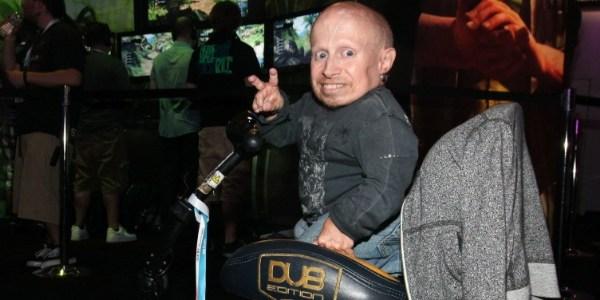 """Mini-Me dos filmes """"Austin Powers"""" tem convulsão e é hospitalizado nos EUA"""