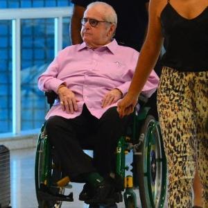 Com dor ciática, Jô Soares embarca de cadeira de rodas no Rio de Janeiro