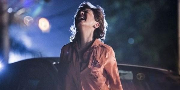 """Em """"Babilônia"""", Beatriz atira em Inês e debocha da rival ao vê-la no chão"""