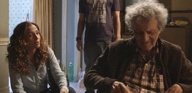 """Em """"Babilônia"""", amigo de Cristóvão aparece e pede dinheiro para Regina"""