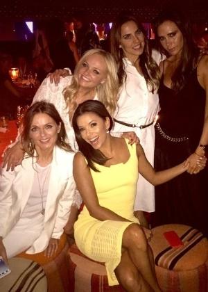 Eva Longoria reúne as Spice Girls para foto na festa de David Beckham