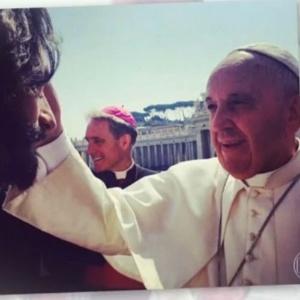 """""""Foi um momento único"""", diz Rodrigo Santoro sobre benção do papa Francisco"""