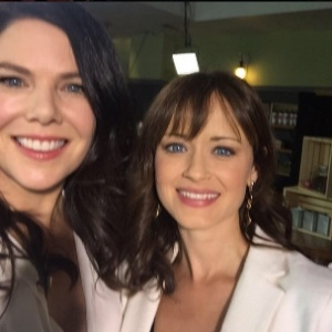 """Oito anos após fim da série, elenco de """"Gilmore Girls"""" se reúne em evento"""