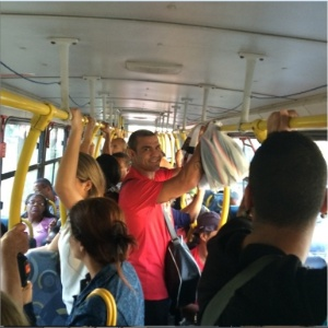 """Joana Prado e Belfort vão trabalhar de ônibus e reclamam: """"Não é fácil"""""""