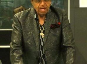 Foto de Pai de Michael Jackson tem alta após oito dias internado