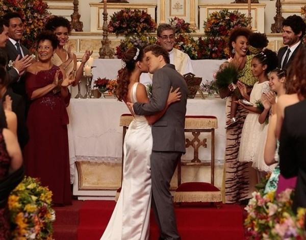 """Em """"Babilônia"""", Regina e Vinícius se casam no último capítulo"""