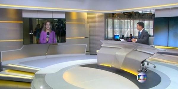 """Bem à vontade, Evaristo aparece sentado no chão do estúdio do """"Jornal Hoje"""""""
