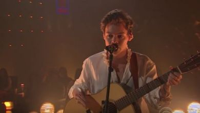 "Foto de Harry Styles faz performance de ""Two Ghosts"" no programa ""The Late Late Show"""