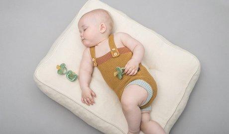 Niemowlę śpiące na poduszce